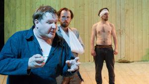 Santtu Karvonen, Tommi Rantamäki och Mikko Virtanen som Juhani, Tuomas och Timo i Ryhmäteatteris Sju bröder.