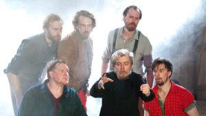 Foto från Ryhmäteatteris uppsättning av Sju bröder på Sveaborgs sommarteater.
