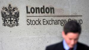 Man står vid London Stock Exchange Group.