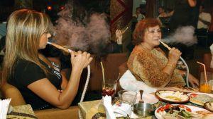 Libanesiska kvinnor röker vattenpipa