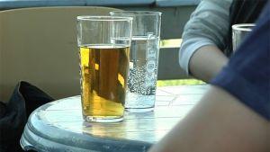 Öl eller mineralvatten? Det så kallade måttliga drickandet är de facto det som ställer till mest problem i Finland. Bild: YLE