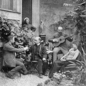 Ville Vallgren Pariisin kotinsa puutarhassa ystävien seurassa.