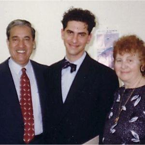 Tuore oikeustieteen loppututkinnon suorittanut André Noël Chaker vanhempiensa Ramsayn ja Irman kanssa Montrealissa v 1991.