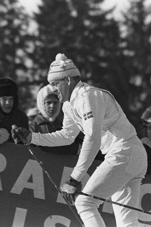 Salpausselän kisat. Hiihtokilpailut: hiihtäjä nousee ylämäkeä katsojien edessä (1960-luku)