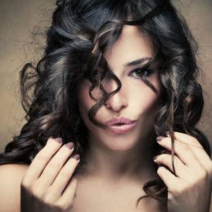 Nainen ja hiukset