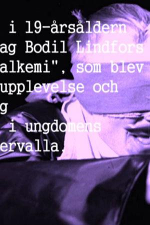 Man som blir matad med lappar framför ögonen i en lek och text om Bodil Lindfors poesi.