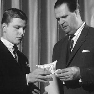 Toimittaja Arvi Lind tutkii maitopussin kaadinta Arne Heleniuksen kanssa 1967.