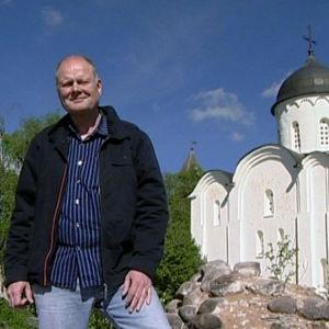 Arvo Tuominen seisoo kirkon edessä ohjelmassa Laatokan ympäri (2007)