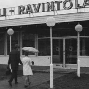 Toimittajakaksikko matkalla motelliin. Selvittävät, saako avioton pari majoittua samaan huoneeseen 1969.