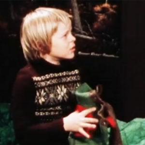 Timo istuu sängyllä sylissään villahousut näytelmässä Villahousupakko.