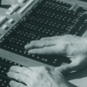 Äänitarkkailija Bengt Johanssonin kädet radiostudion äänipöydän ohjaimilla.