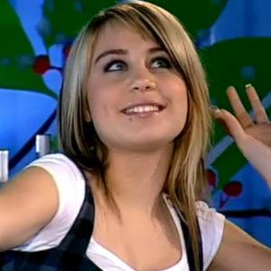 Anna Abreu hymyilee lähikuvassa