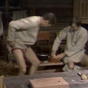 Vanamo ja Kolmonen leipovat jouluksi ilman housuja.
