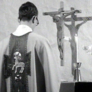 Pappi suorittaa kirkollisia tehtäviään