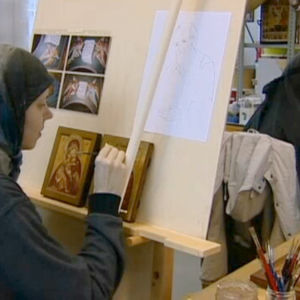 Kaksi ikonia maalaavaa nunnaa