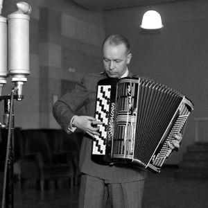 Viljo Vesterinen soittaa harmonikkaa Yleisradion studiossa.
