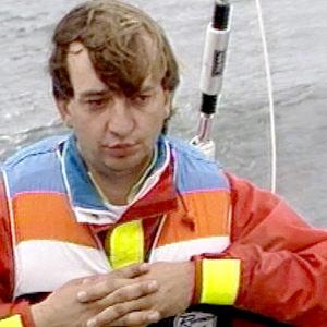 Hjallis Harkimo istuu veneessä