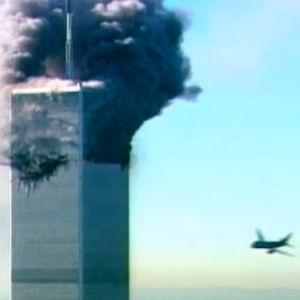 Lentokone lentää kohti savuavaa WTC-rakennusta, uutisista 11.9.2001.