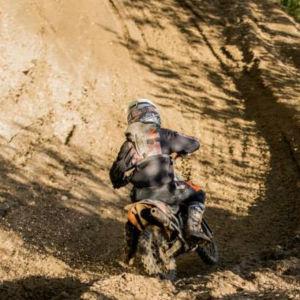 Sjundeåkille tränar motocross.