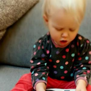 Barn leker med poesibok på soffa. Tvådelad bild. Barn kryper från bok.