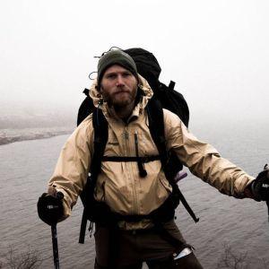 Mats Goldberg med gångstavar och dimmig natur i bakgrunden.