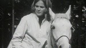 Tyttö ratsastaa