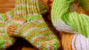 Sticka en socka av det färgade garnet.