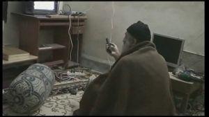 Osama bin Ladin tittar på tv