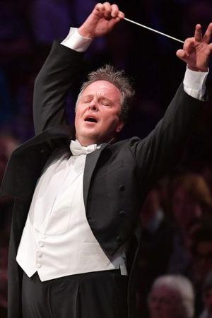 Kapellimestari Sakari Oramo johtaa BBCn sinfoniaorkesteria.