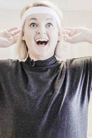 Jenni Poikelus jumppaa hikinauha päässä.