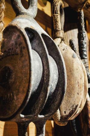 Block tillverkade av metall och trä. Blocken är upphängda i rep.
