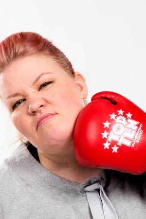 Jenny Lehtinen lyö itseään nyrkkeilyhanskalla leukaan
