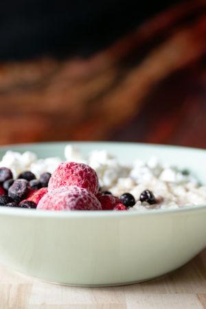 Millainen on hyvä aamupala? Kuvassa puuroa marjoilla.
