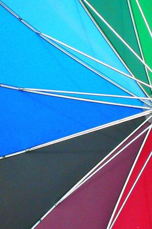 Värikäs sateenvarjo. Mustavalkoisuuden purkaminen omassa elämässä - psykologi Satu Lähteenkorva.