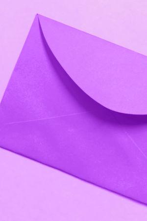 Digitreeni-artikkelin pääkuvassa muovisia postilaatikoita rivissä, päällä tekst; luo sähköpostitili