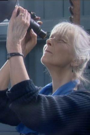 Irmelin Sandman Lilius tittar med kikaren på stjärnorna.