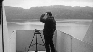 Hirviöbongari tarkkailee Loch Nessin järveä vuonna 1966.