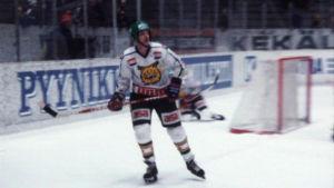 Lasse Oksanen jäällä ottelussa Lahden Kiekkoreipasta vastaan 1981.