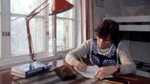 Tyttö kirjoittaa kirjettä