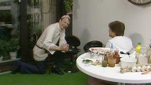 Jaakko Kolmonen ja Sirkka Gustafsson parvekkeella grillaamassa