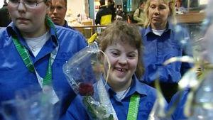 Taitoluistelijat Sanna Mähönen palaa Suomen joukkueen mukana Special Olympics -talvikisoista Naganosta 2005.