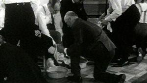Adventistit pesevät toistensa jalkoja ennen ehtoollista
