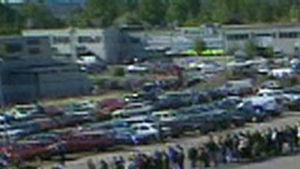 Jono elektroniikkakauppa Gigantin ulkopuolella Helsingissä vuonna 1999