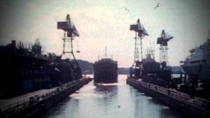 Valtamerialus lipuu ulos Wärtsilän telakalta 1971.