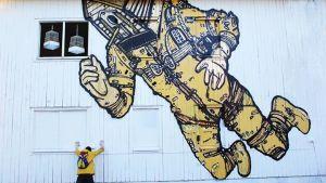 Otto Majan seinämaalaus on purkutuomion saaneen vanhan neuvolan seinässä