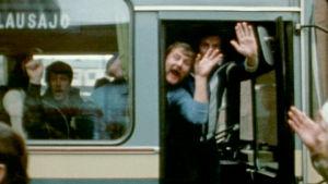 Futisfanien bussi lähtee Kotkasta kohti Olympiastadionia.