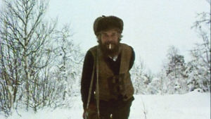 """Eino """"Parta"""" Kourula vetää puukuormaa talvisessa metsässä"""