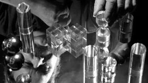 Tapio Wirkkala ja hänen suunnittelemiaan lasiesineitä 1965