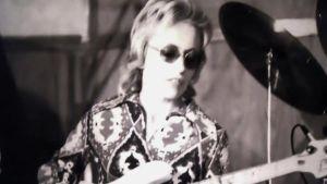 Carol Kaye spelar bas.