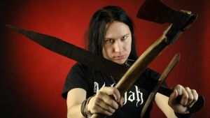 Kjell Simosas poserar med ett svärd och en yxa.